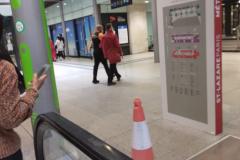 SNCF-staff-helps-blind-man