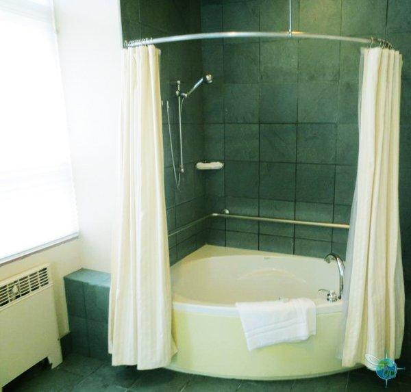 bathtub bathroom setup
